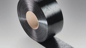 Ultratape B3EG12 UD 01 schwarz ist ein vollständig mit PA 6 imprägniertes, unidirektional endlosfaserverstärktes Tape mit 60 Gewichtsprozent Glasfasern. (Foto: BASF)
