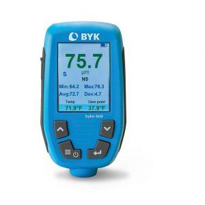 Das Schichtdickenmessgerät byko-test bietet die gleichzeitige Messung der Trockenschichtdicke sowie der Umweltbedingungen. (Foto: Byk-Gardener)