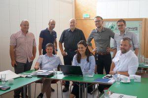RePETitio-Projekttreffen bei LAVU in Wels. Stehend v. l.: Christian Ehrengruber (LAVU), David Hehenberger (NGR), Thomas Krziwanek (Teufelberger), Christian Mayr (KC), Andreas Witschnigg (Kruschitz), sitzend v. l.: Helmut Voithofer (LAVU), Sarah Heinrich (TCKT), Christoph Burgstaller (TCKT). (Foto: Michael Heinzlreiter e.U.)