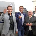 Freuen sich über die neue Anlage: Prof. Volker Altstädt (NMB), Robert Hofmann (Robert Hofmann GmbH), Klaus Krauß (Fördervereinigung Neue Materialien) und Dr. Thomas Neumeyer (NMB). (Foto: NMB)