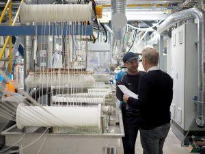 Dennis Sebovic, Extruderführer, und Andreas Bergmann, Projektleiter FR, bei der täglichen Besprechung am FR-Extruder. (Foto: Polykemi)