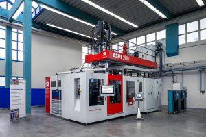 Die neue Saugblasmaschine ist im Technikum in Bonn zu besichtigen. (Foto: ST BlowMoulding)