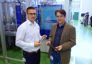 Die Produktionszellen wurde von Projektleiter Fabian Bürkel, Leonhard Kurz und Marcus Otto, dem Vertriebsingenieur für Spritzgießtechnik bei Wittmann Battenfeld in Nürnberg konzipiert. (Foto: Reinhard Bauer)