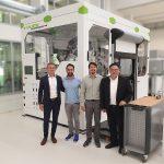 Die SpaceA-Anlage bei Inbetriebnahme (v. l.): Nicolai Lammert, Leiter Additive Verfahren Yizumi, zwei Mitarbeiter der DLR, Richard Yan, CEO Yizumi. (Foto: Yizumi)