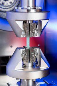 Materialprüfung mit der elektrodynamischen Prüfmaschine LTM von ZwickRoell. (Foto: ZwickRoell)