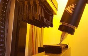 Gleichbleibend hohe Qualität bei 3D-gedruckten Klein- und Mittelserien, wie z. B. 60 Stück Materialprüfstäbe in einem einzigen Druckvorgang, ist mit der Hot Lithography Technologie möglich. (Foto: ZwickRoell)