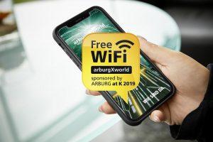 """Auf der K 2019 immer online: Arburg sponsert kostenloses Besucher-WiFi """"arburgXworld"""". (Foto: Arburg)"""