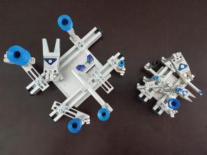 Leichtgewicht: Der Greifer aus Micro-Komponenten (rechts) wiegt lediglich 265 g und somit rund 500 g weniger als ein vergleichbarer Greifer mit 10-mm-Klemmsystem (links). (Foto: ASS)
