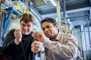 Wissenschaftler Pavan Manvi von der RWTH Aachen University (r.) und Dr. Jochen Norwig von Covestro mit dem Prototyp einer Kunststofffaser aus CO2. (Foto: Covestro)