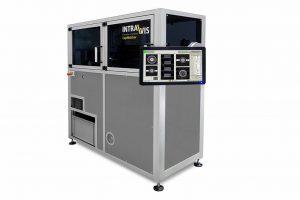 Die CapWatcher Q-Line ermittelt während der laufenden Produktion umfangreiche Produktdaten der Verschlüsse zu Durchmesser, Höhe, Unterspritzungen und vielem mehr. (Foto: Intravis)