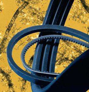 Aramidfaserpulpe unter dem Mikroskop (Hintergrund) und hoch belastbare Riemen aus faserverstärktem Gummi. (Foto: Lanxess)