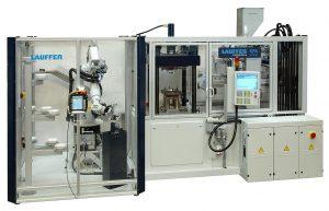 Dass komplexe Anwendungen mit nachgeordneten Bearbeitungsschritten trotzdem kompakt bleiben können, zeigt die Paketlösung einer Fertigungszelle rund um einen KPA-Pressautomaten von Lauffer zur K 2019. (Foto: Lauffer)