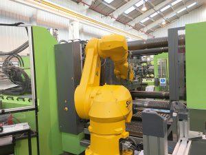 Die Entnahme der Heckklappenkomponente aus der Spritzgießmaschine erfolgt automatisch durch den Einsatz eines Stäubli TX200 Sechsachsroboter aus der Produktionszelle. (Foto: Stäubli)