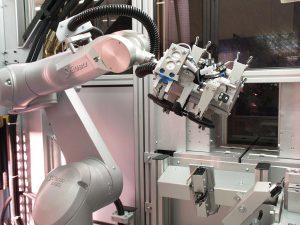 Ein TX60 bedient die Spritzgießmaschine und übernimmt sämtliche nachgeschaltete Bearbeitungsprozesse. (Foto: Stäubli)