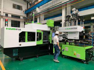 DCIM-System in der Produktion bei Yizumi in China, bestehend aus einer 1.600-kN-Spritzgießmaschine der Baureihe A 5 gekoppelt mit einem CDS 34 Compounder plus den nötigen gravimetrischen Dosierbandwagen. Eine solche Komplettanlage wird auf der K 2019 gezeigt. (Foto: Yizumi)