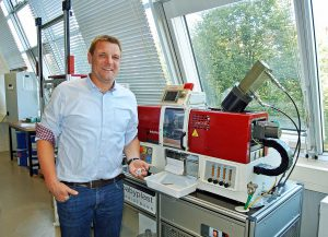 """Dr.-Ing. Ralf-Urs Giesen, Geschäftsführer UNIpace: """"Mit der LSR-Mikroproduktion auf einer babyplast 6/10PT LSR wollen wir zeigen, wie einfach und vor allem wirtschaftlich eine dichtereduzierte LSR-Produktion sein kann."""" (Foto: UNIpace)"""