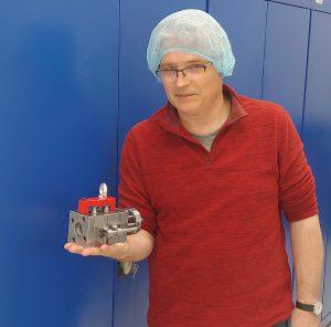 Reinraumtauglich, wirtschaftlich und direkt in den Beutel: Andrzej Zielaskowski, Inhaber von A-Tech mit Werkzeug zur Produktion von Verschlusskappen für Augentropfen aus LDPE auf einer babyplast 6/10PT (Foto: A-Tech)