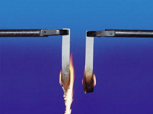 Vergleich der Flammschutzeigenschaften: links ohne und rechts mit 5 % Byk-Max CT 4260. (Foto: Byk)