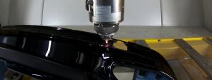 Einbringen der Aussparungen für Abstandssensoren und Zierleisten mittels CO2-Laser. (Foto: Coherent)