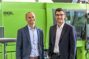 Reto Zürcher, CEO von HB-Therm, (links) und Dr. Stefan Engleder, CEO von Engel, freuen sich über ihre erfolgreiche Zusammenarbeit. (Foto: Engel)