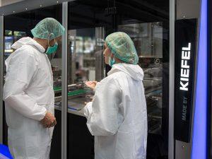 Kiefel ist führend im Bau von Anlagen für die Blutbeutelproduktion. (Foto: Kiefel)