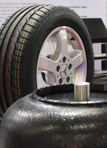 Zum Portfolio von Additiven und Hilfsmitteln für die Herstellung von Gummiartikeln gehören Trennmittel, Reifenmarkierungsfarben, Vulkanisationsheizbälge, Beschleuniger, Mastiziermittel, und Alterungsschutzmittel sowie Aramidfaser-Masterbatche. (Foto: Lanxess)