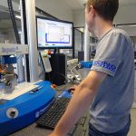 Bond-Laminates verfügt in seinen Laboren über umfangreiches Equipment zur Qualitätskontrolle. (Foto: Lanxess)
