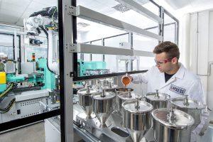 In seinem anwendungstechnischen Labor in Krefeld-Uerdingen verfügt Lanxess über das Equipment, um den Einfluss von Pigmenten umfangreich zu testen und Anwender hinsichtlich einer Colorierung mit Eisenoxidpigmenten zu beraten. (Foto: Lanxess)