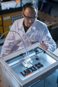 Umfassende Inhouse-Expertise: Auf Basis von Laboruntersuchungen werden die Einflussgrößen von Eisenoxidpigmenten bei der Einfärbung von Filamenten für den 3D-Druck ermittelt. (Foto: Lanxess)