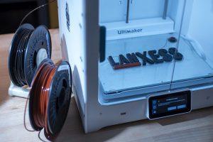 3D-Drucker im anwendungstechnischen Labor des Geschäftsbereichs Inorganic Pigments in Krefeld-Uerdingen. Bei kurzen Verweilzeiten und relativ geringen Scherkräften ist eine gute Dispergierbarkeit gefordert. (Foto: Lanxess)