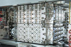"""""""Reversecube"""" von Foboha ist ein System gegeneinander drehender Würfel, das auf einer Arburg Spritzgießmaschine präsentiert wird. (Foto: Männer)"""