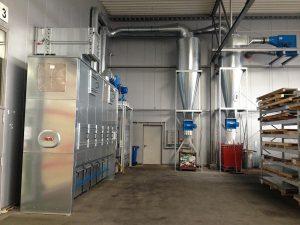 Absack-Standfilter mit zwei Zyklon-Vorabscheidern von Nestro in einem Kunststoffbetrieb. (Foto: Nestro)
