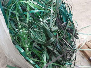 Selbst schwierig zu verarbeitende Abfälle wie PP-Umreifungsbänder sind für den Vierwellen-Zerkleinerer kein Problem. (Foto: Untha)