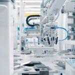 Waldorf Technik hat auf Basis des Vario TIP Systems eine Automationsanlage entwickelt, mit der Spritzenzylinder per Digitaldruck direkt nach ihrer Entnahme aus der Spritzgießmaschine bedruckt werden können. (Foto: Waldorf Technik)