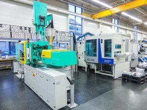 Mit der Zweikomponenten-Spritzgießmaschine können auch Kundenwerkzeuge bemustert werden. (Foto: Ems-Chemie)