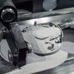 Mit der Multiplate-Funktion schiebt das Beschichter-Werkzeug die Substratplatte nach Prozessende in den Überlaufbehälter. (Foto: Trumpf)