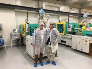 Ravan Graubner (l.), Vertriebsleiter international bei Witosa Heißkanaltechnik, und Artur Wieczorek (r.), Projektleiter bei Celon Pharma. (Foto: Witosa)