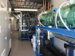 Im Container sind Kältemaschine, Schaltschrank, Tank und Wasserpflege gut erreichbar angeordnet. (Foto: Reisner)