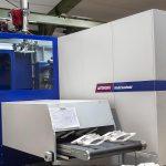 Fertigung Gehäuseteil für Getränkeautomat mit SmartPower 300/1330 mit Insiderzelle (Foto: Wittmann Battenfeld)