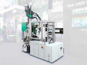 Flexible Serienfertigung on demand: Eine Turnkey-Anlage rund um einen vertikalen Allrounder 375 V und einen platzsparend angeordneten Sechs-Achs-Roboter produziert auf der Swiss Plastics Expo elastische Spannseile auf Kundenwunsch. (Foto: Arburg)