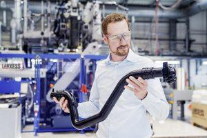 Lanxess hat im Technikum am Standort Dormagen eine hochmoderne Blasformanlage in Betrieb genommen. Zum Equipment zählt auch ein Werkzeug, auf dem u. a. Reinluft- und Ladeluftleitungen hergestellt werden können. (Foto: Lanxess)