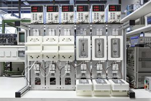 Messaufbau zur gleichzeitigen Messung der Spannungsrelaxation bei sechs verschiedenen Temperaturen. (Foto: Fraunhofer LBF/Raapke)