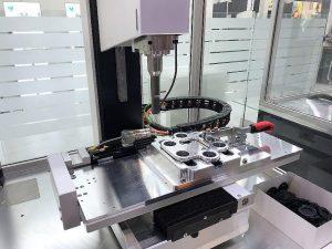 Die Kombination der Ultraschallmaschine mit einem XY-Verschiebetisch ermöglicht eine automatische Schweißanwendung mit mehreren Positionen. (Foto: MS Ultraschall)