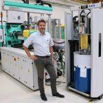 """Roland Angerer: """"Mit der modernen LSR eTwin 200 Dosiertechnologie von Reinhardt-Technik erzielen wir bei unseren Lernenden einen hohen Ausbildungsgrad."""" (Foto: Reinhardt-Technik)"""