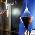 Elektrospinnen einer multifibrillaren Polyacrylnitrilfaser. (Foto: Universität Bayreuth / Jürgen Rennecke)
