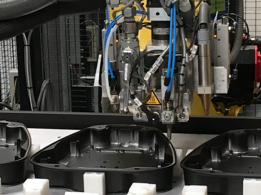 Dosier- und Auslasseinheit sowie Plasmakopf und Sprühdüse auf der 6. Achse des Roboters (Foto: Reinhardt Technik)