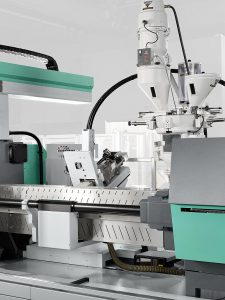 Innovativer Leichtbau: Arburg hat mit dem Kunststoffzentrum SKZ das Spritzgießverfahren Faser-Direkt-Compoundieren (FDC) entwickelt. Faserlänge und Faseranteil lassen sich bei der prozessintegrierten Werkstoffaufbereitung individuell einstellen. (Foto: Arburg)