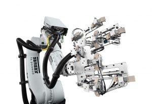 """Leichtbauprojekt Fupro: Für die automatisierte Herstellung des Demonstrators """"Rückenlehne"""" entwickelte Arburg eine spezielle Greifertechnologie für die Handhabung der Organobleche. (Foto: Arburg)"""