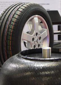 Zum Reifen-Portfolio gehören umweltfreundliche Trennmittel, Reifenmarkierungsfarben, Vulkanisationsheizbälge (Bladder), sowie Aramidfaser-Masterbatche und spezielle Additive. (Foto: Lanxess)