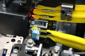 Durch die Doppeltrommel zur Aufnahme von zwei Zahnbürstenkörpern können die Stopfautomaten ihre volle Ausbringungsleistung ausspielen. (Foto: Zahoransky)